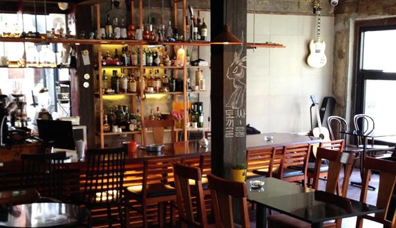 자유롭게 음악과 만날 수 있는 곳, 카페 겸 펍 겸 공연장 '토끼굴'